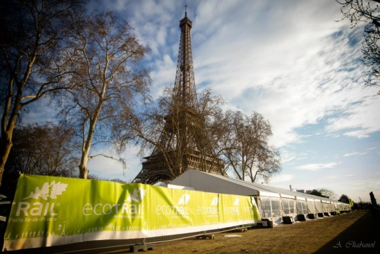 Eyfel Kulesinin altında, Sen nehri kıyısındaki büyük yarışma merkezi çadırı. F: EcoTrailA