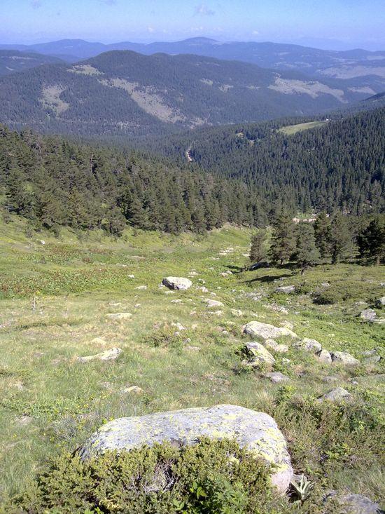 Sırttan biraz alçaldıktan sonra aşmamız gereken zemin.  The terrain to descent, still 600m to the Köroglu River bed.