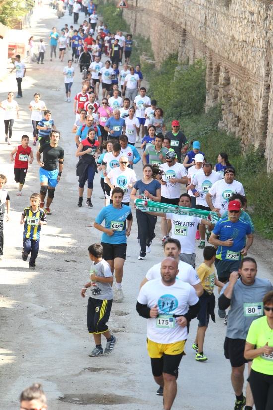 İznik 10K koşusu İznik halkının ve çockların yoğun katılımı ile gerçekleşti foto: iznikultra
