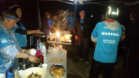 Yağmurlu karanlık gecenin içinde neşeli ve enerjik görevlilerin çalıştırdığı cp14-Thilbertwaite