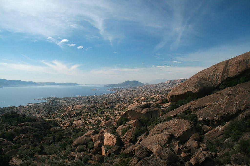 Karahayıt' doğru yükselince Bafa Gölü ve kaya dokusu panoramik görünüm. (panoramio)