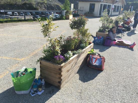 Emosson Barajı'nda yarışmacı yakınları ve destek çantaları hazır.